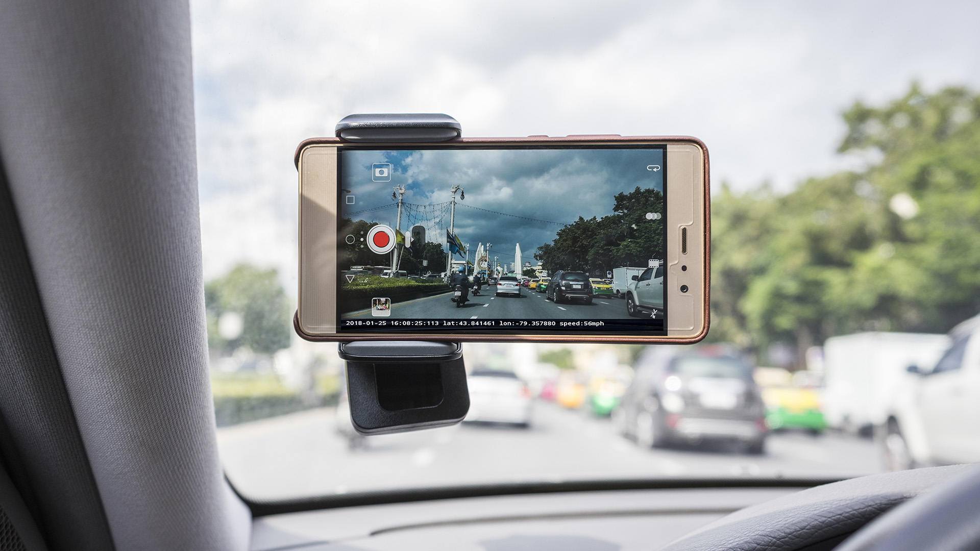 Driving with mobile phone Mounted on the windshield of a car for reording